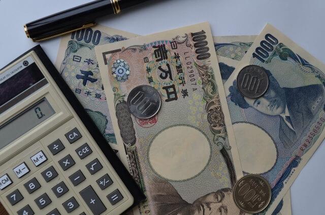 紙幣と電卓